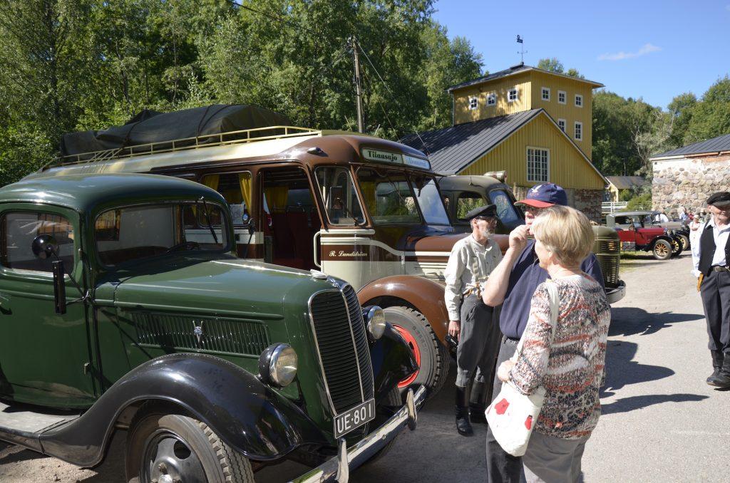 Charterbus Lundström Vanhat kulkuvälineet lähtövalmiina